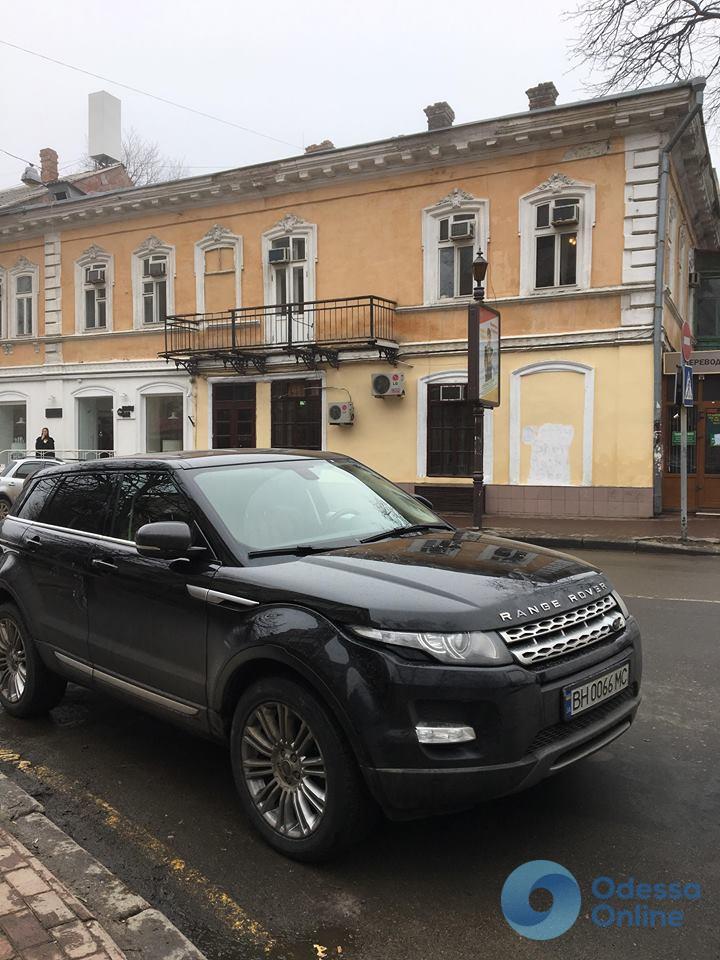 В центре Одессы встреча двух автомобилей-клонов закончилась «покатушками» на капоте