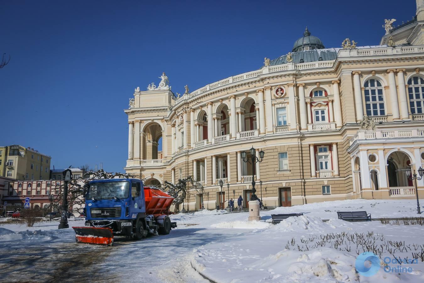 В Одессе коммунальщики ведут борьбу с последствиями непогоды