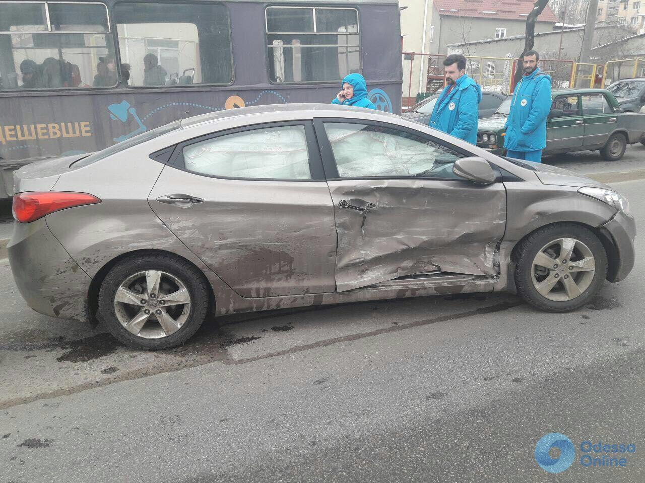На перекрестке с отключенным светофором столкнулись две иномарки: есть пострадавший