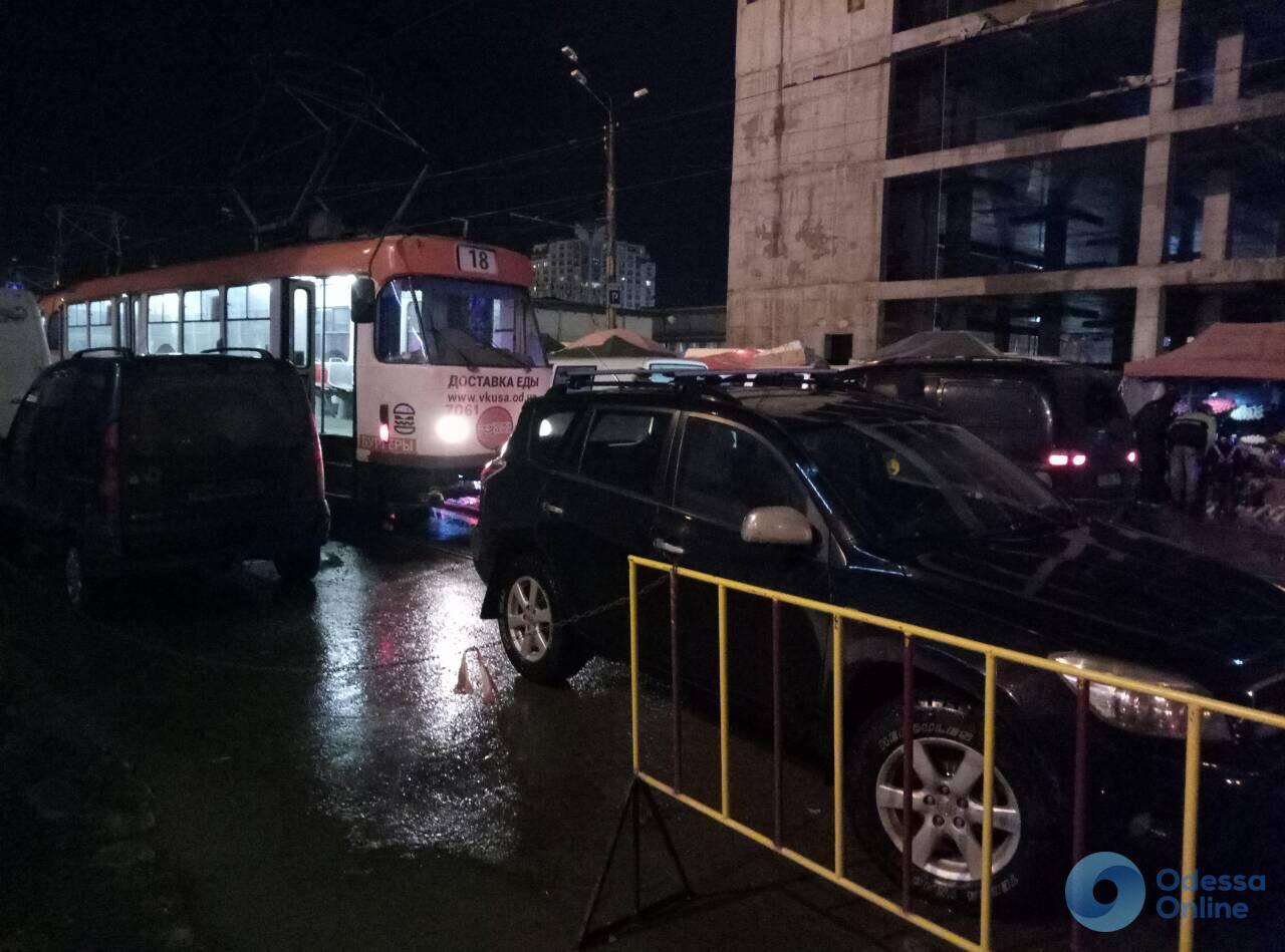 В районе Привоза очередной автохам перекрыл путь трамваю