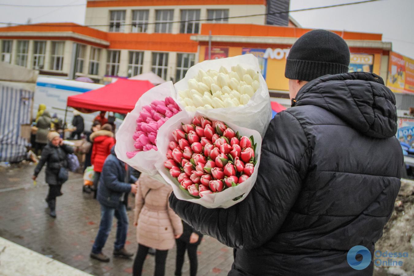 К празднику готов: одесситы с цветами спешат поздравить своих дам (фоторепортаж)