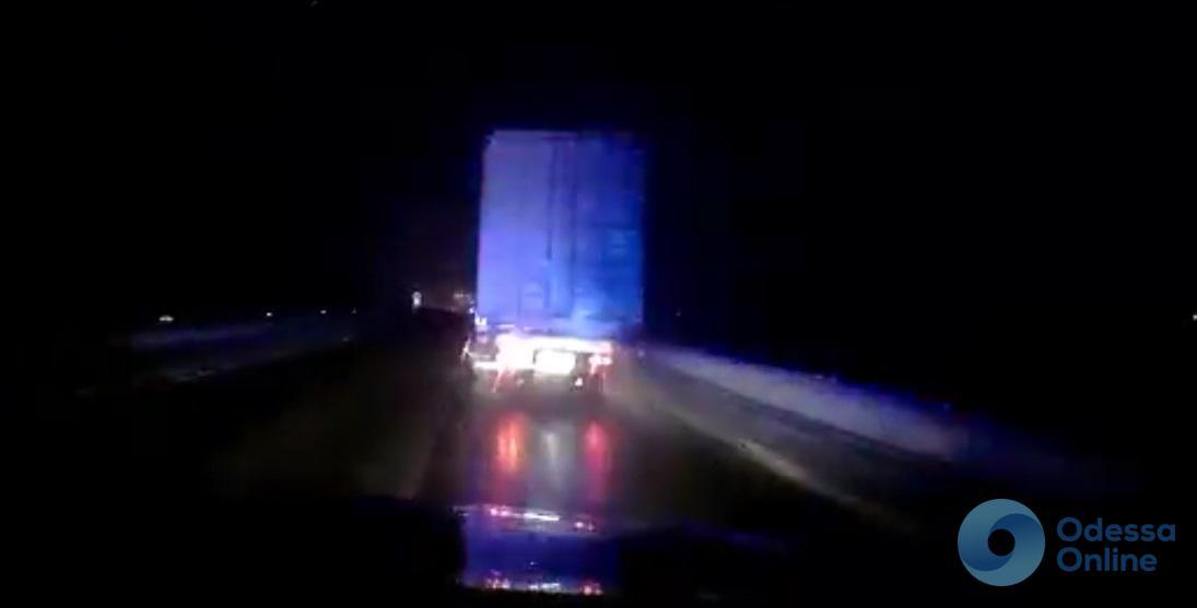В Одесской области полицейские ловили неадекватного водителя фуры