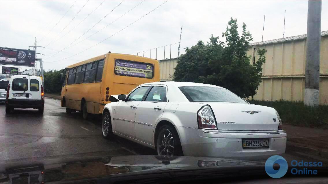 Автомобиль Chrysler въехал в одесскую маршрутку