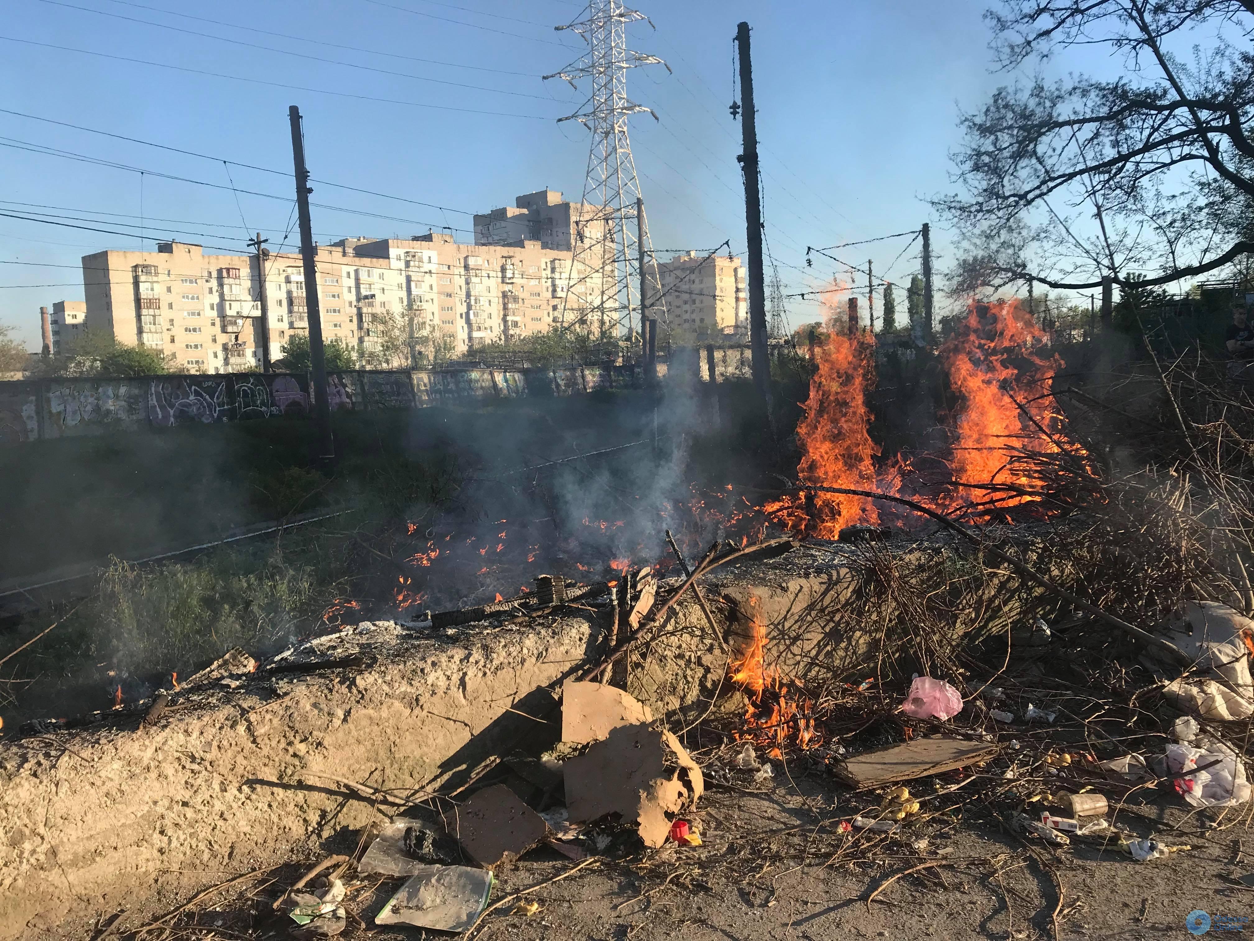 В районе Центрального автовокзала горела стихийная свалка