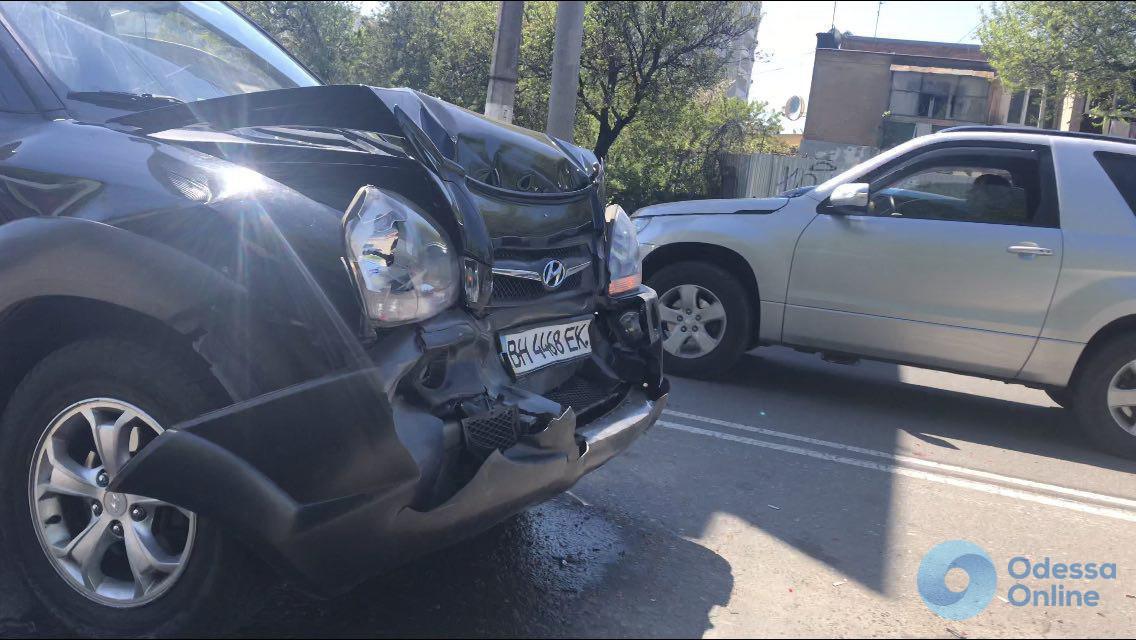 Легковушка, внедорожник и автомобиль службы охраны — на Таирова произошло ДТП