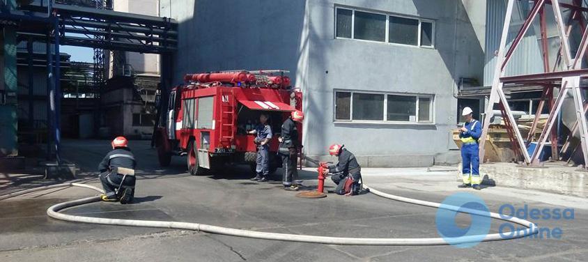 Черноморск: спасатели учились тушить пожар на промышленном объекте