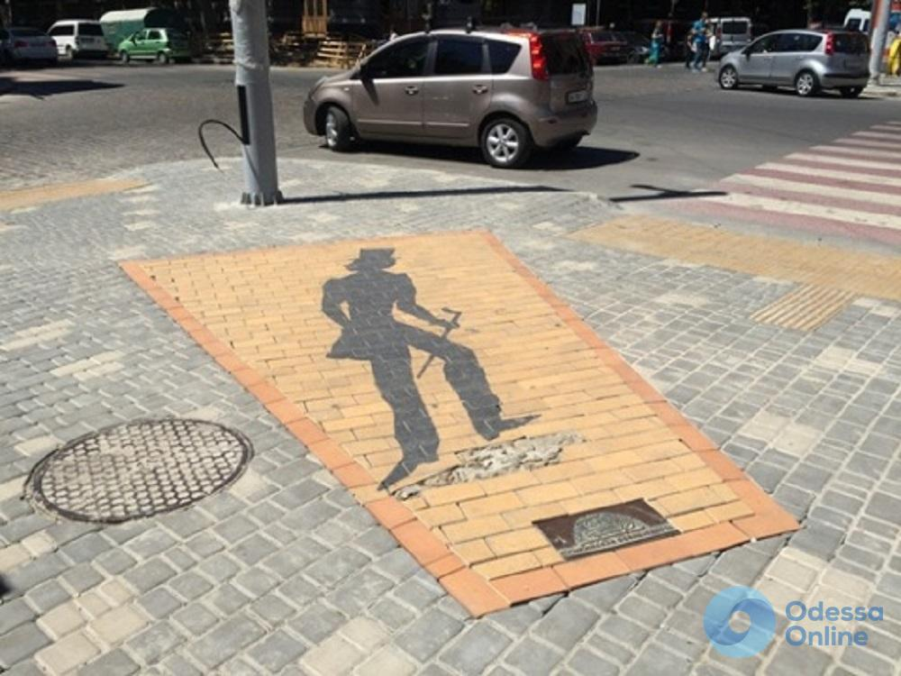 В Одессе восстановили и немного подвинули «Тень Пушкина»