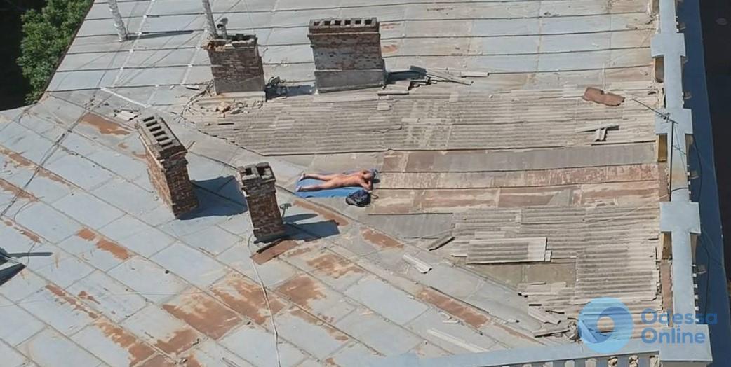 Не дошел до пляжа: на крыше возле Дюка загорал голый мужчина (фотофакт)
