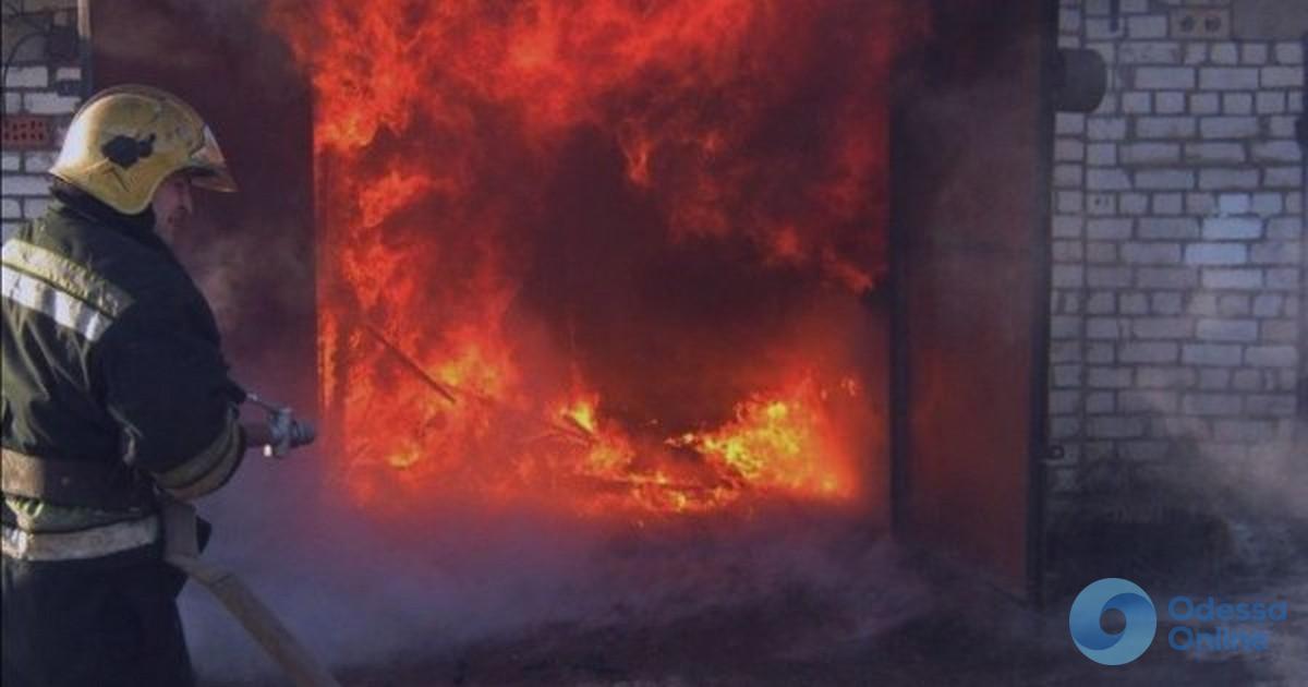 Под Одессой в гараже сгорел автомобиль