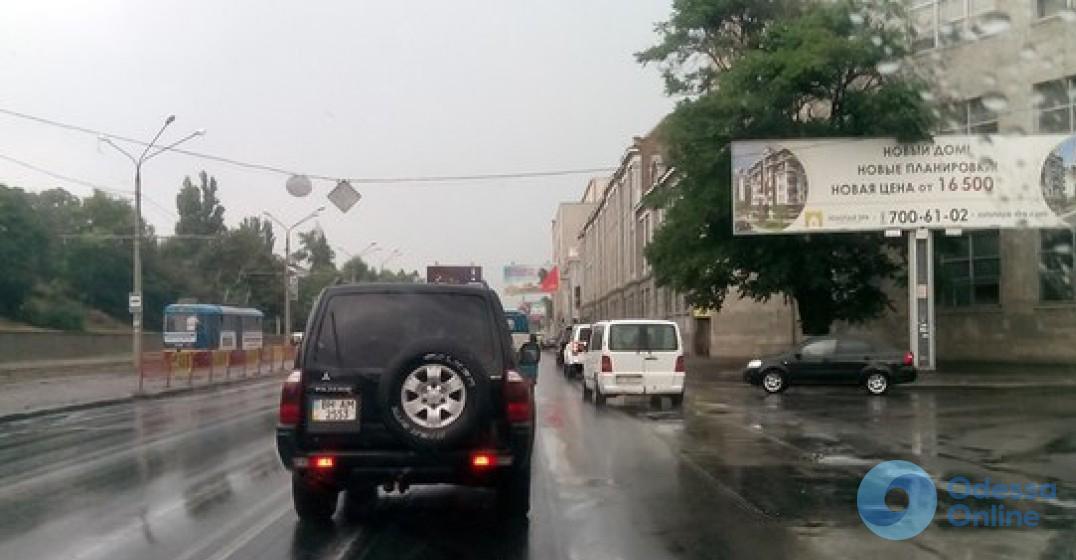 Дождь и ДТП: Одесса застыла в пробках