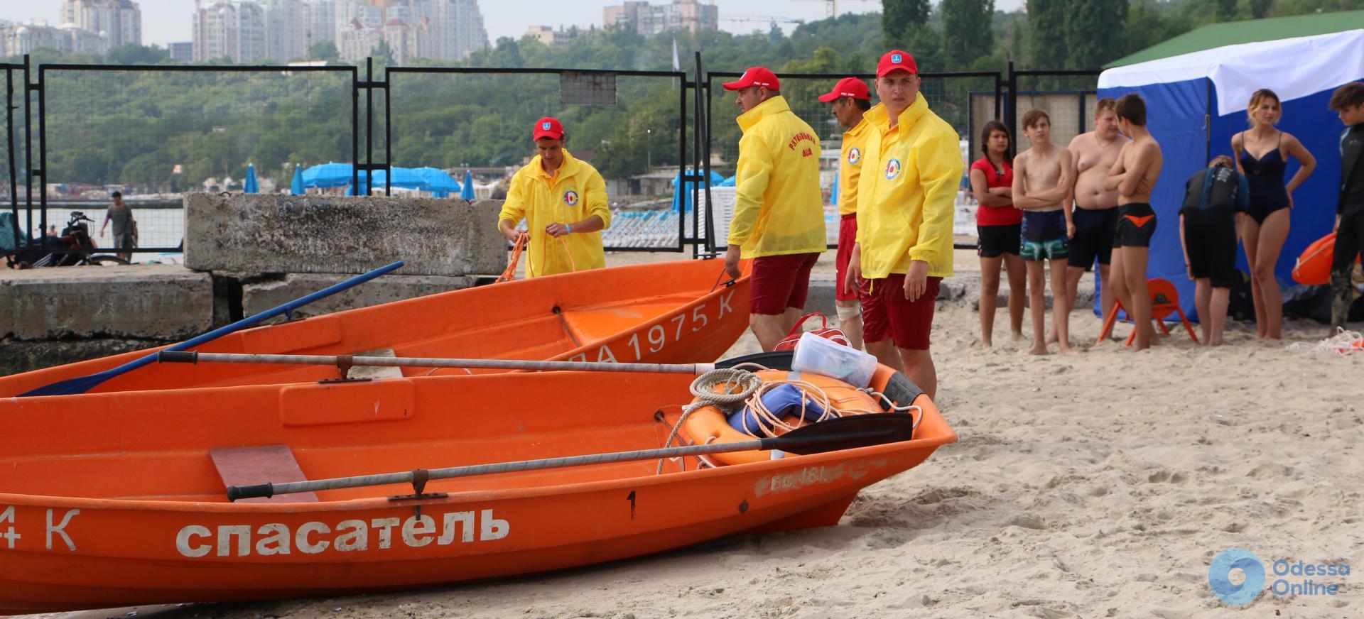 Одесса: пляжные спасатели устроили показательные учения и рассказали, как ищут утопленников