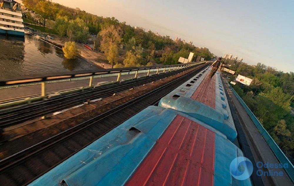 Селфи на крыше поезда: 19-летний одессит получил смертельный удар током