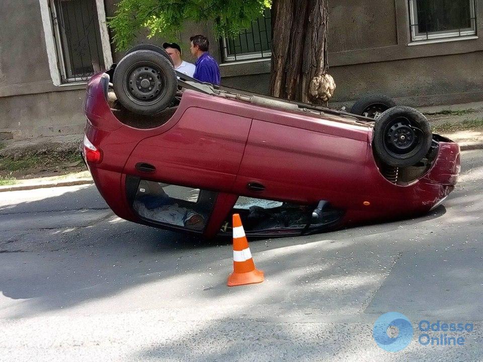 В Одессе автомобиль перевернулся на крышу