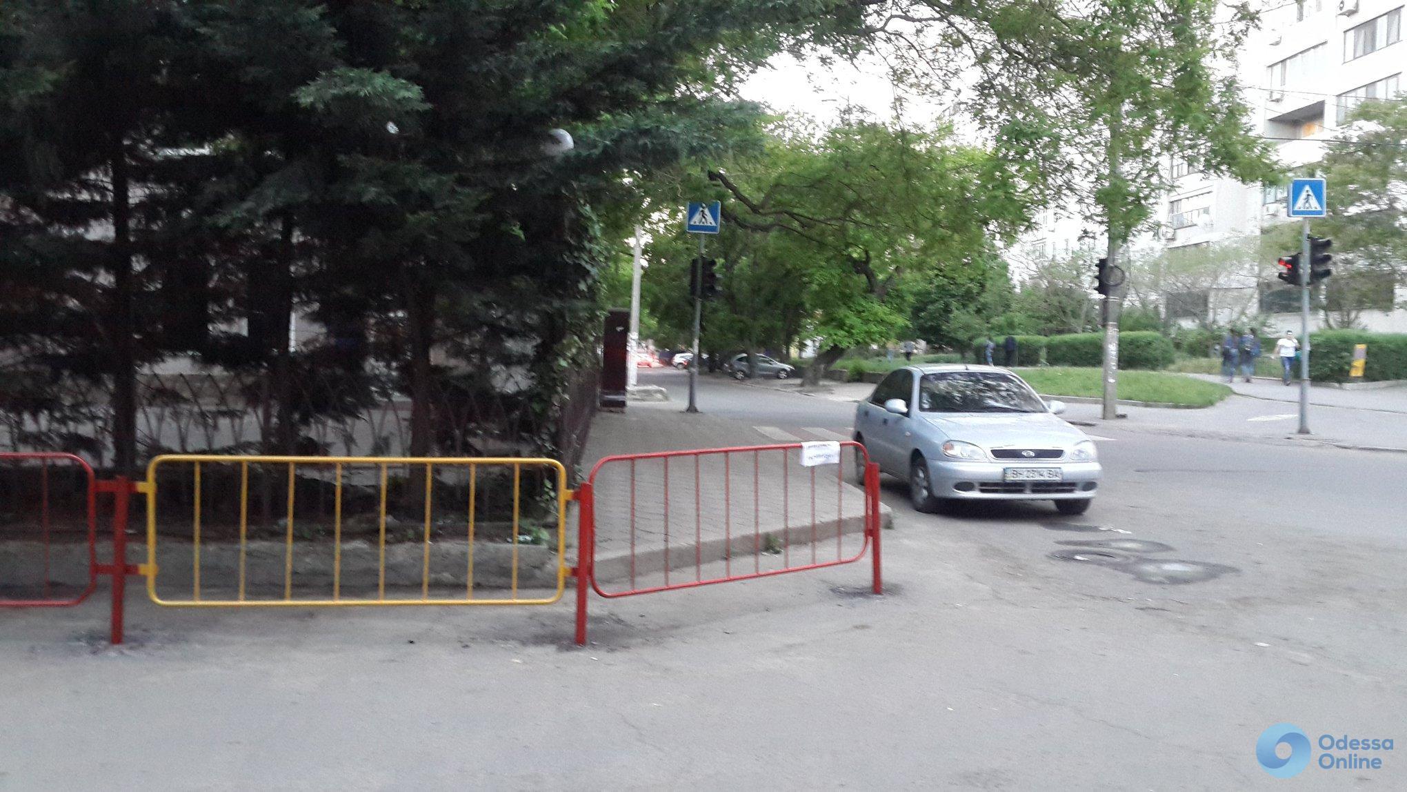 Возле одной из одесских школ установили ограждения
