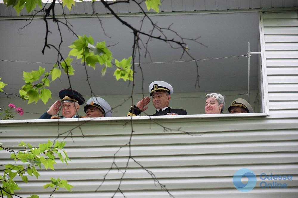 В Одессе военные моряки организовали под балконом ветерана праздничный флешмоб