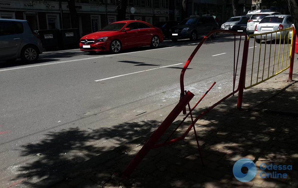 Подробности утреннего ДТП в центре Одессы: водитель иномарки снес турникет