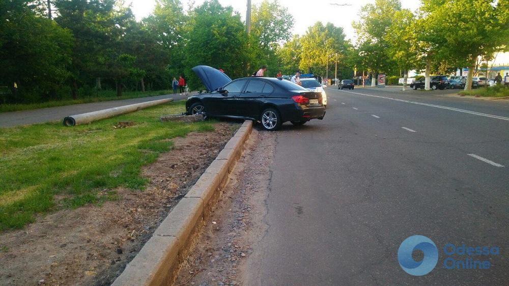 На проспекте Шевченко иномарка слетела с дороги и протаранила бетонный бордюр