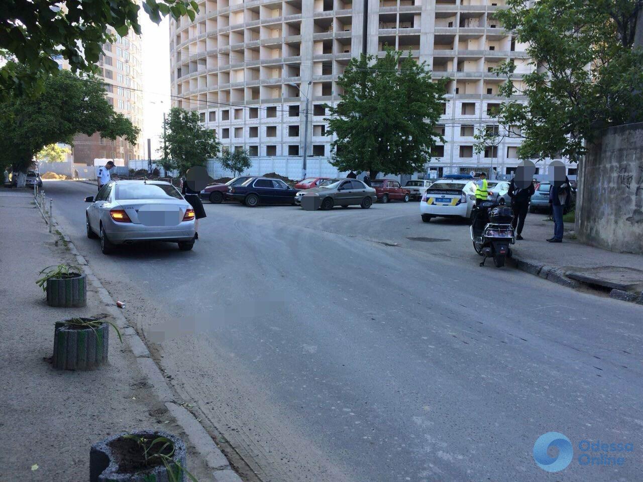 В Одессе Mercedes сбил мопедиста с маленьким ребенком