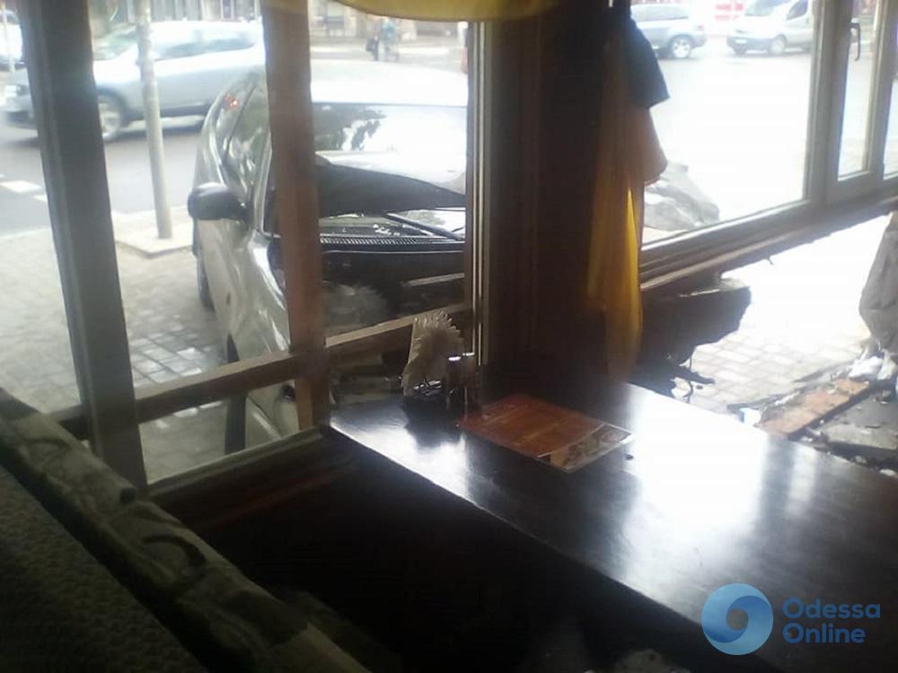 В Черноморске автомобиль на большой скорости въехал в кафе