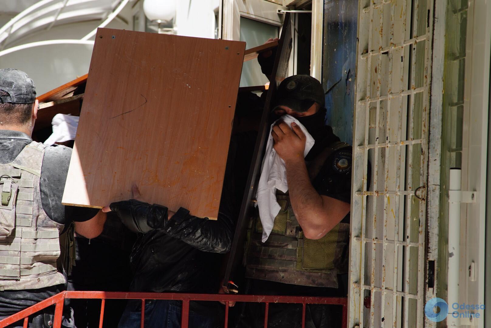 Слезоточивый газ и разбитая машина: в Одессе активисты штурмуют офис (обновляется)