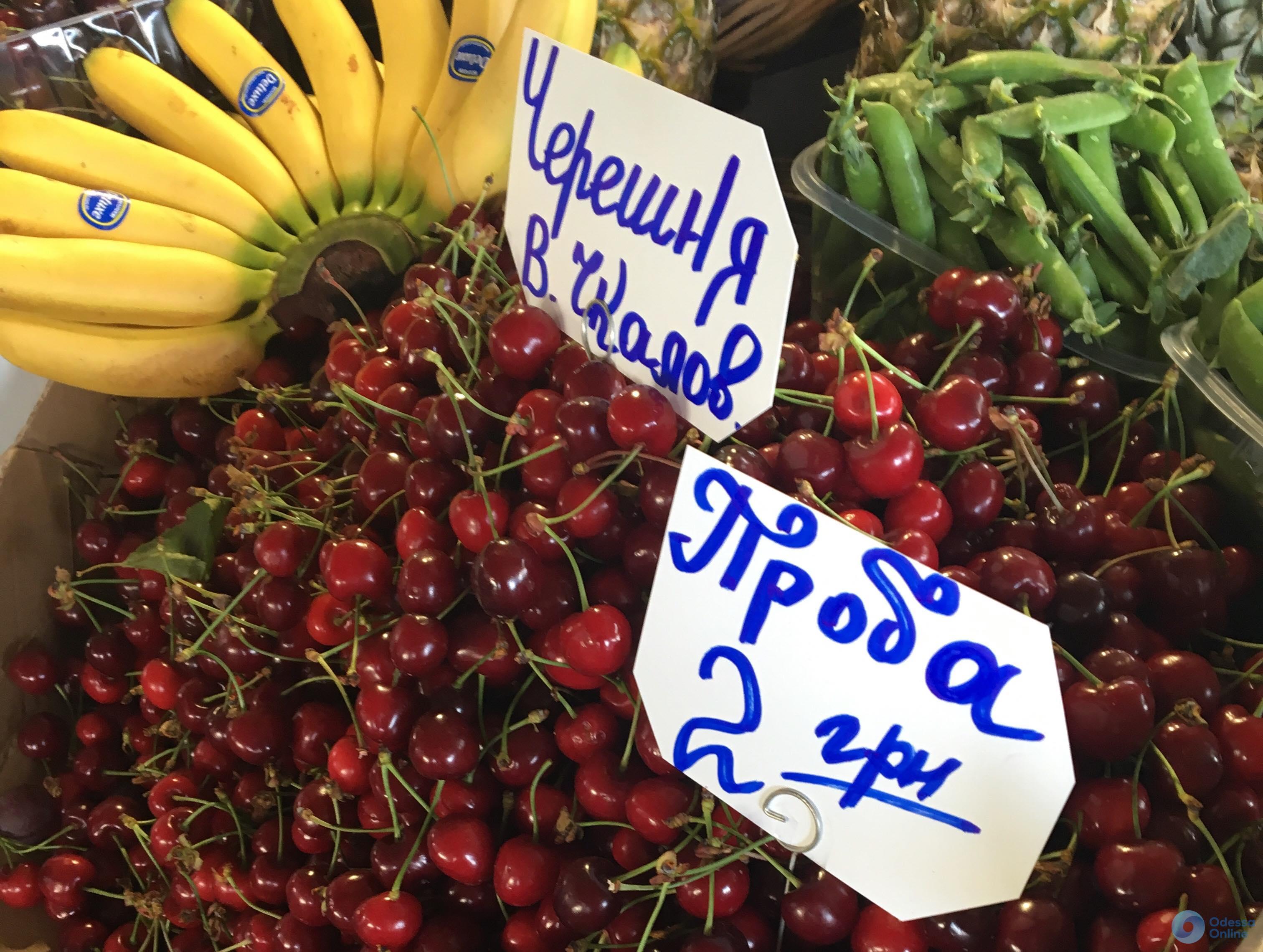 Клубника, персики и абрикосы: актуальные цены на «Привозе»