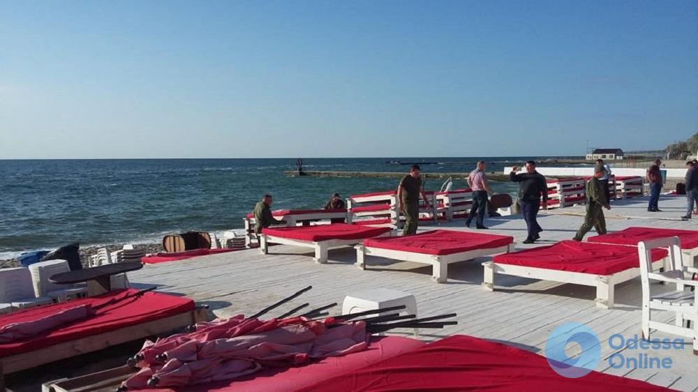 На 13-й станции Большого Фонтана демонтируют пляжный комплекс