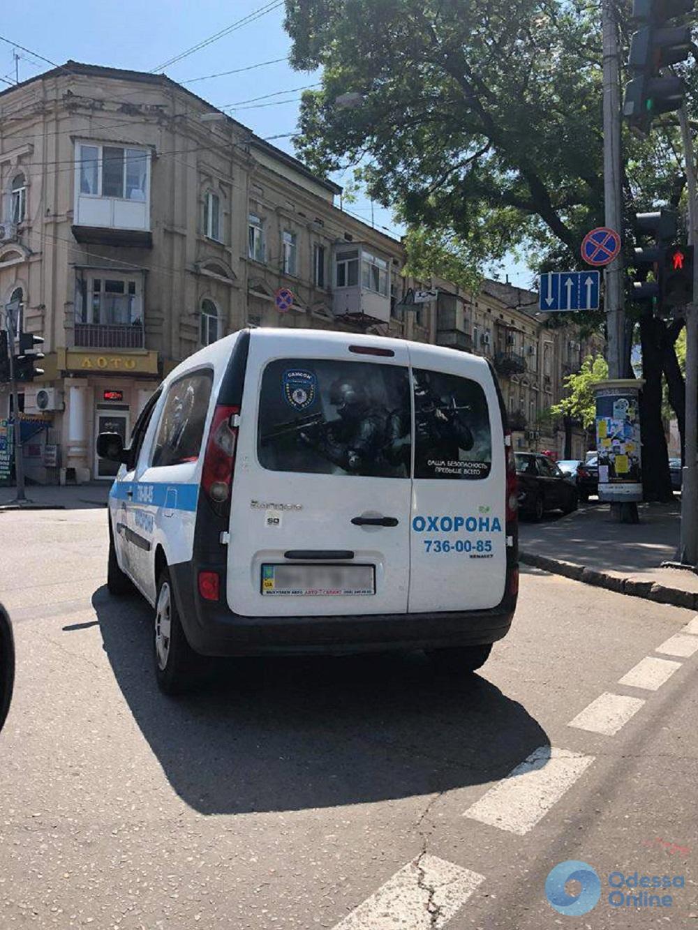 Не уступил дорогу: одесский охранник врезал дубинкой по лобовому стеклу машины обидчика