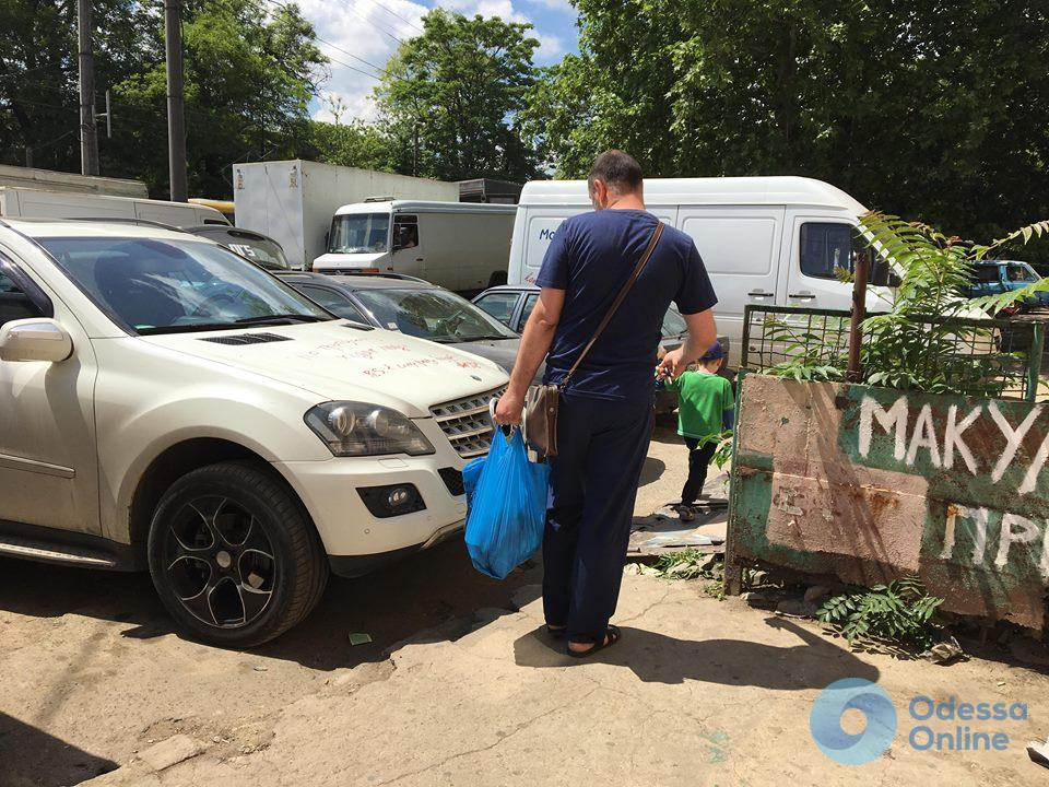 «В следующий раз будет гвоздем»: в Одессе автохаму напомнили о правилах парковки (фотофакт)
