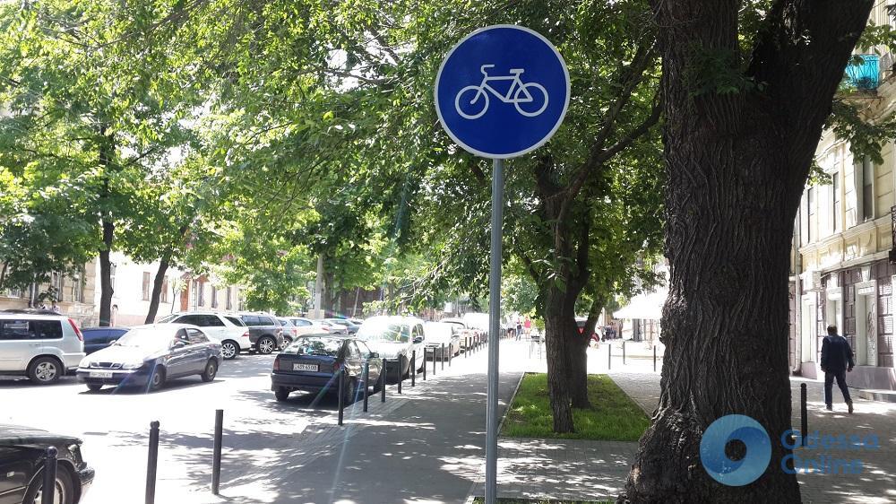 Ответ одесским автохамам: вдоль велодорожки на Ольгиевской появились дорожные знаки