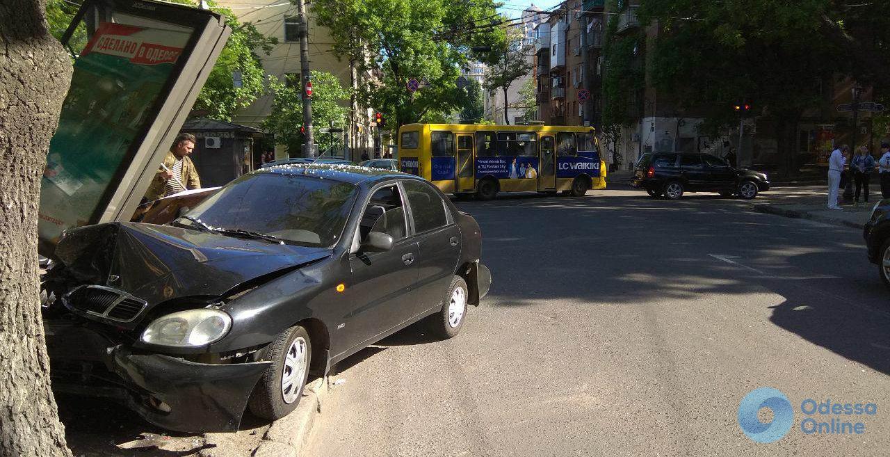 ДТП в центре Одессы: иномарка снесла рекламный щит