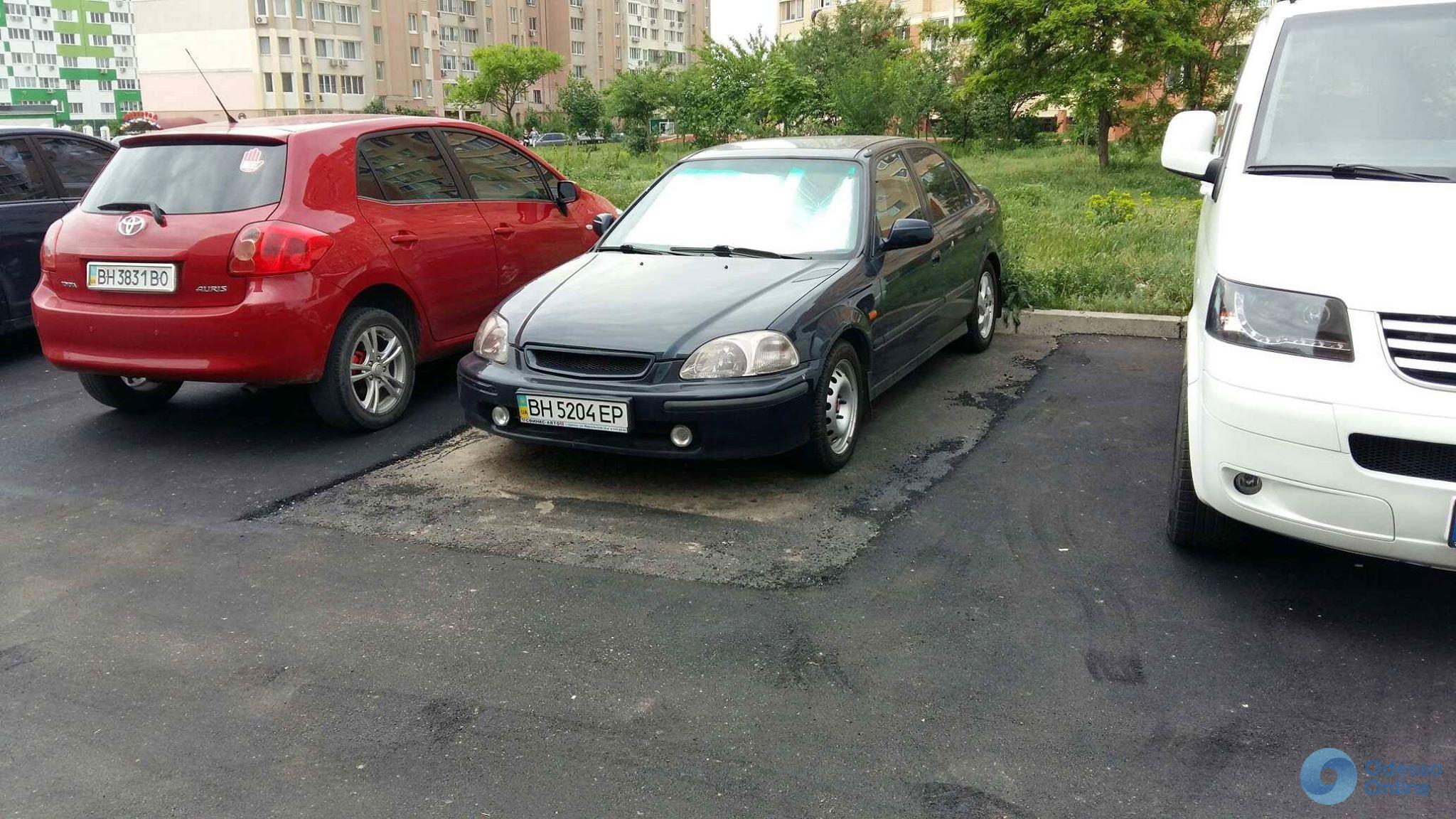 Одесса: припаркованные автомобили окружили новым асфальтом (фотофакт)