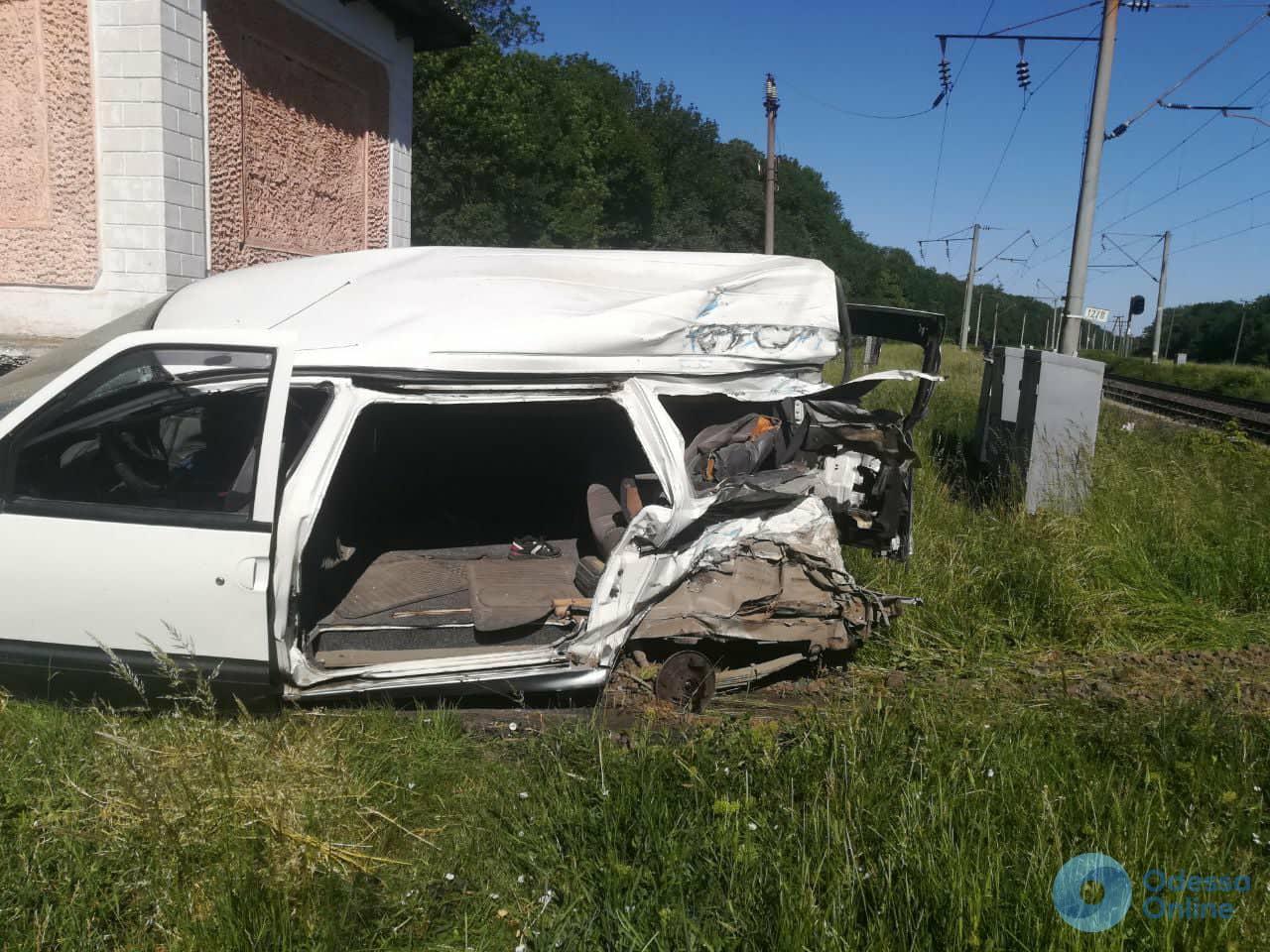 В Одесской области микроавтобус столкнулся с поездом: есть погибший (обновлено)