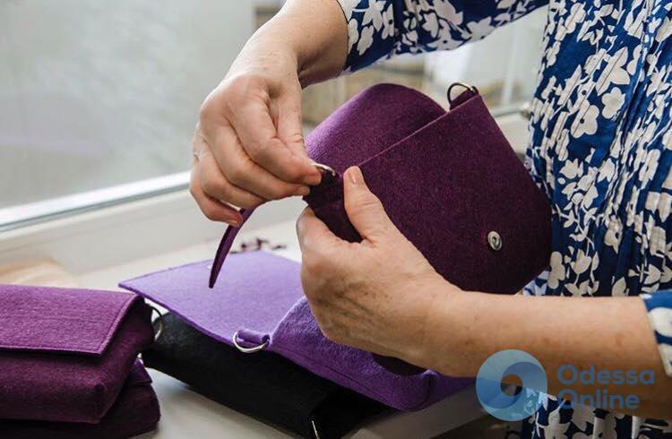 Модный бизнес: одесские пенсионерки шьют фетровые сумки на дому