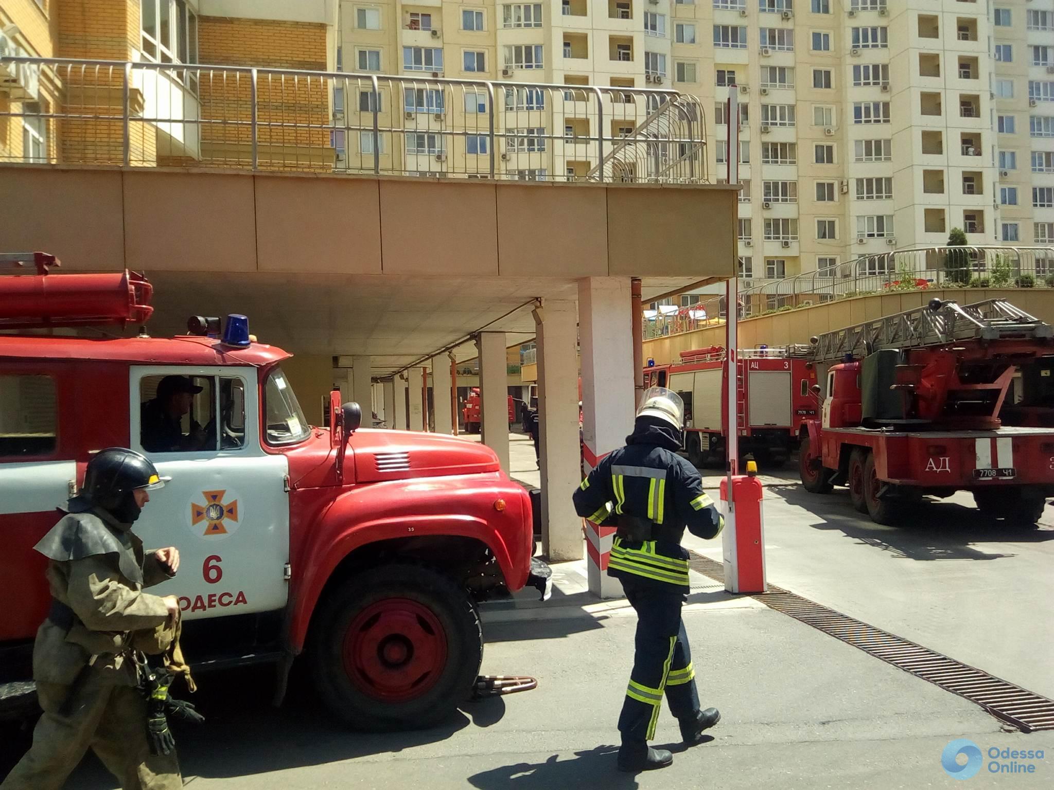 В одесской многоэтажке горит квартира (обновлено)