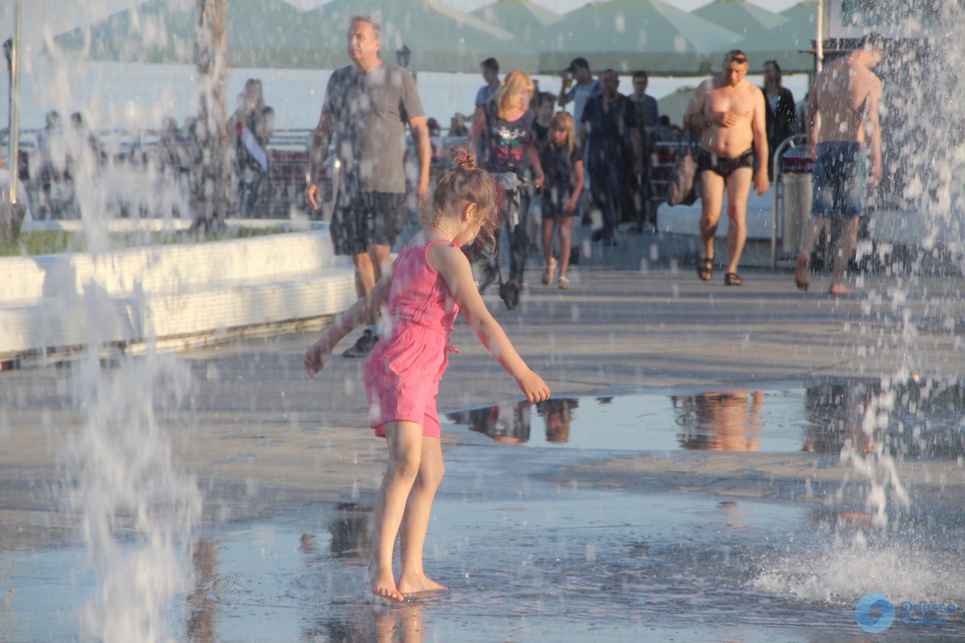 Вечер на Ланжероне: пляжники, романтики и ребятня в фонтанах (фоторепортаж)