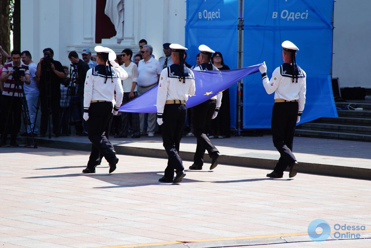 Европейская Одесса: возле мэрии подняли флаг Евросоюза (фото)