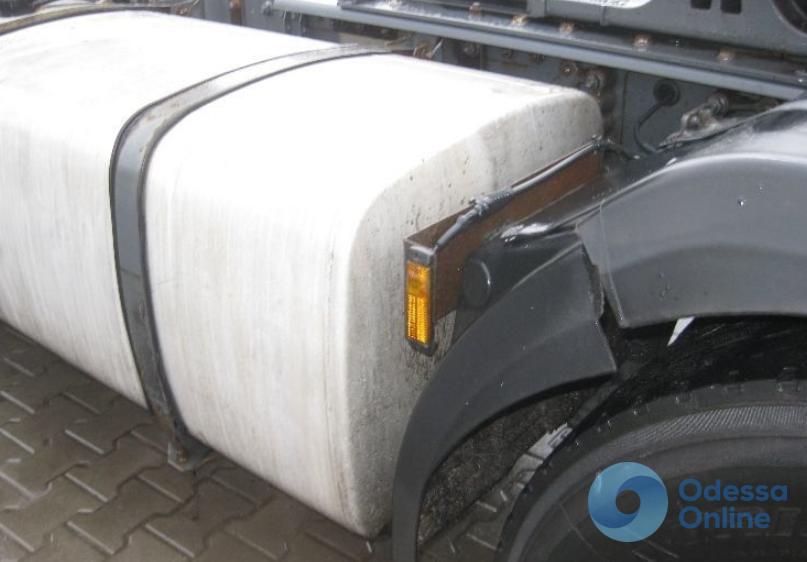Под Одессой у грузовика на ходу оторвался топливный бак