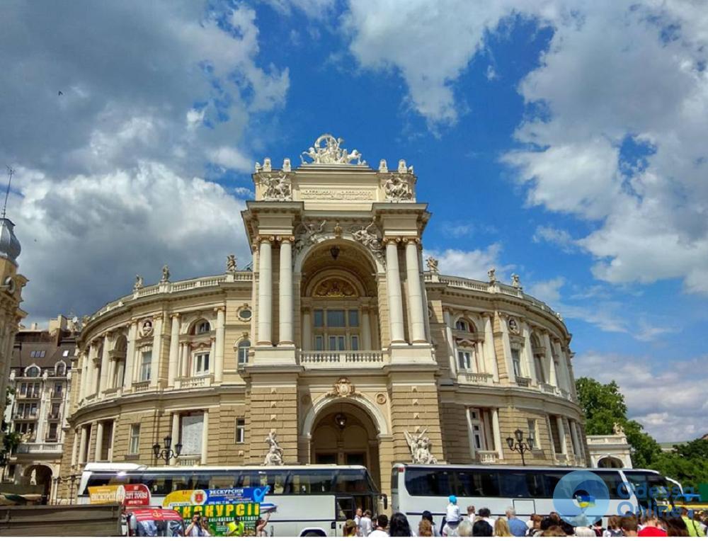 Одесса: автохамы паркуются прямо у входа в Оперный театр (фотофакт)