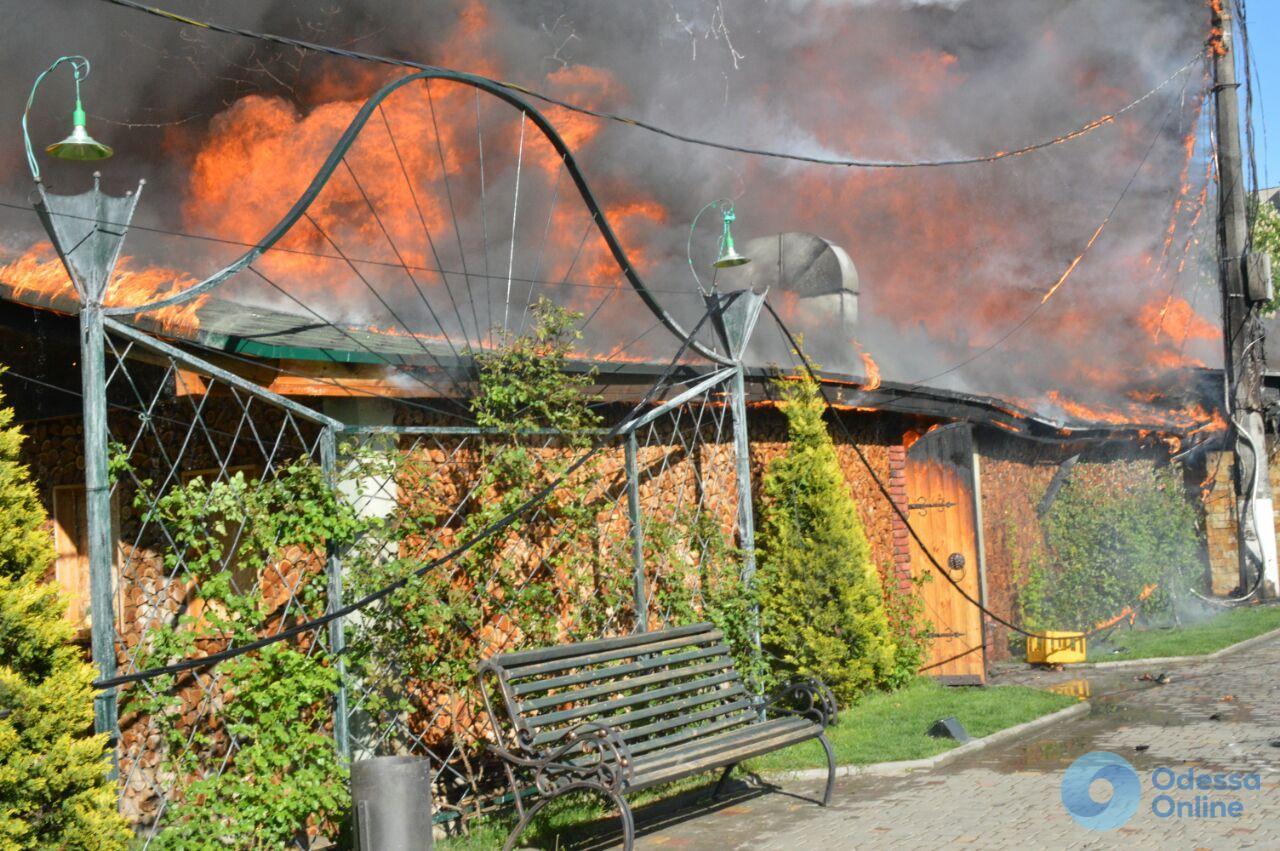 В одесском парке горит кафе (фото, видео)