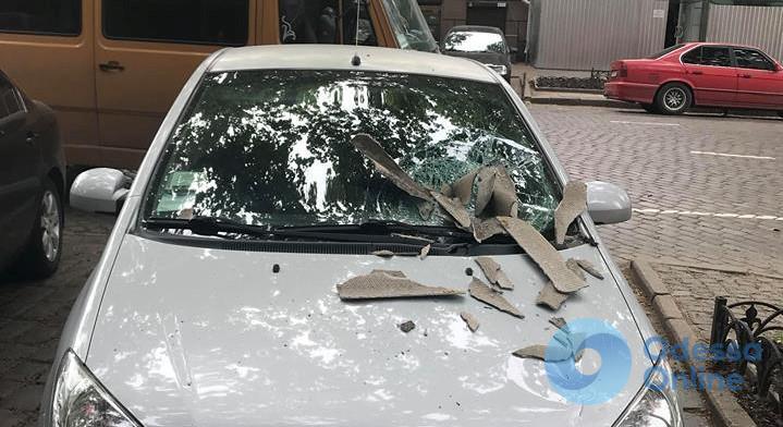 В центре Одессы на автомобиль упал шифер (фото)