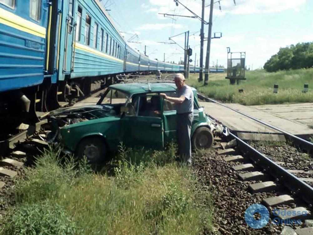 Одесская железная дорога: «Жигули» пенсионера попали под два поезда
