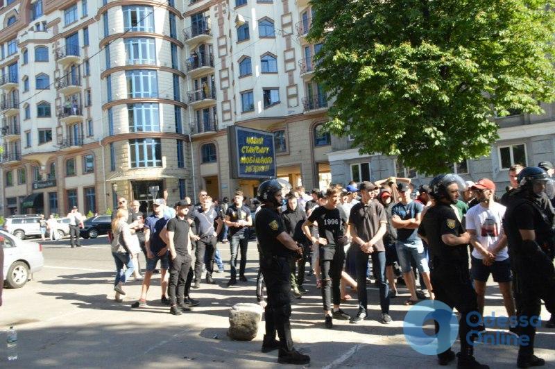 В центре Одессы закидывают яйцами офис РГБ (обновляется)