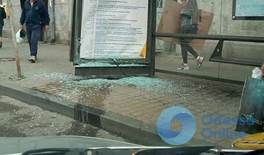 На Тираспольской Mercedes врезался в остановку и скрылся