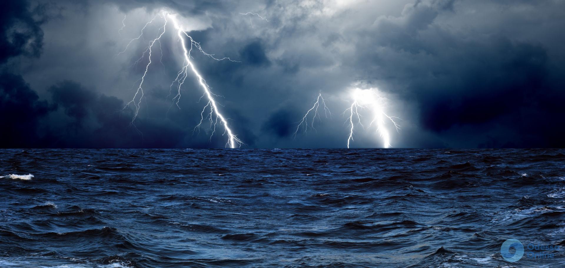 Гроза и ветер: в Одессе объявлено штормовое предупреждение