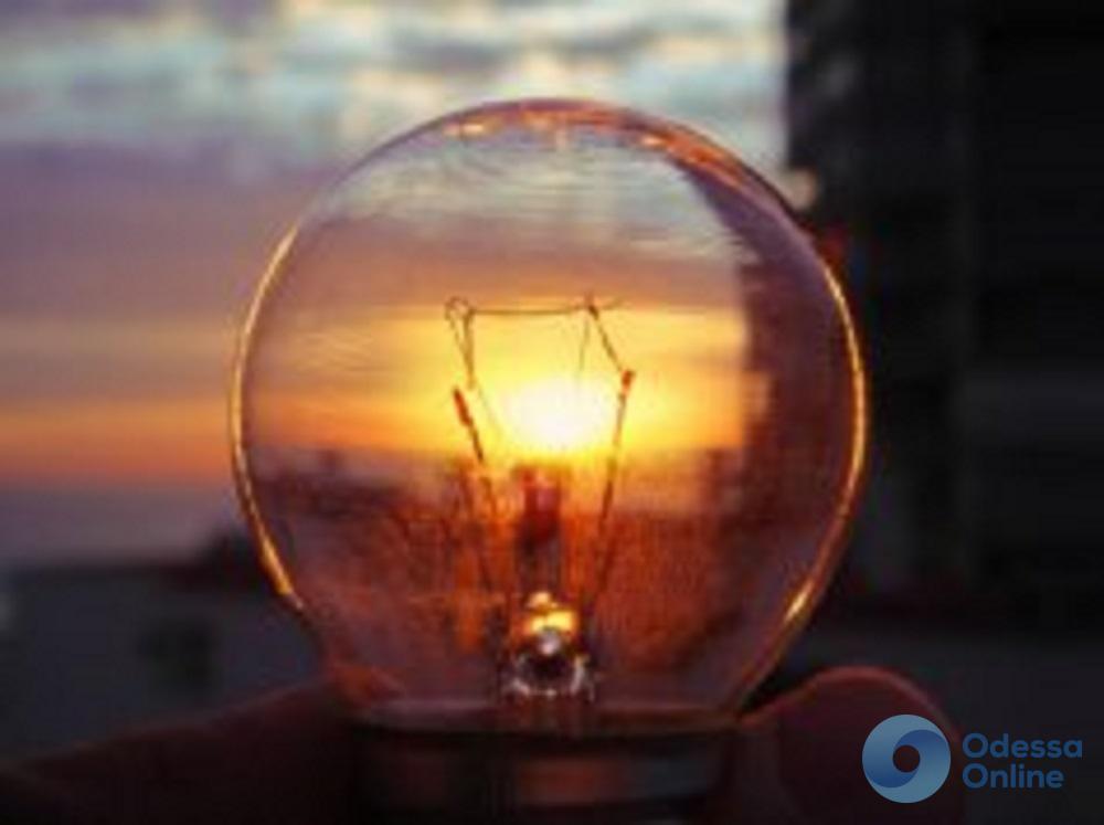Завтрашний день некоторые жители центра Одессы и пригорода проведут без света (список адресов)