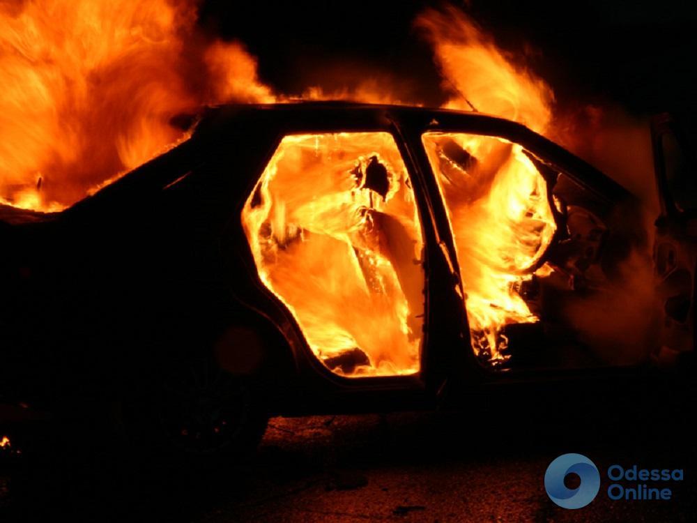 Под Одессой на территории частного дома сгорел автомобиль