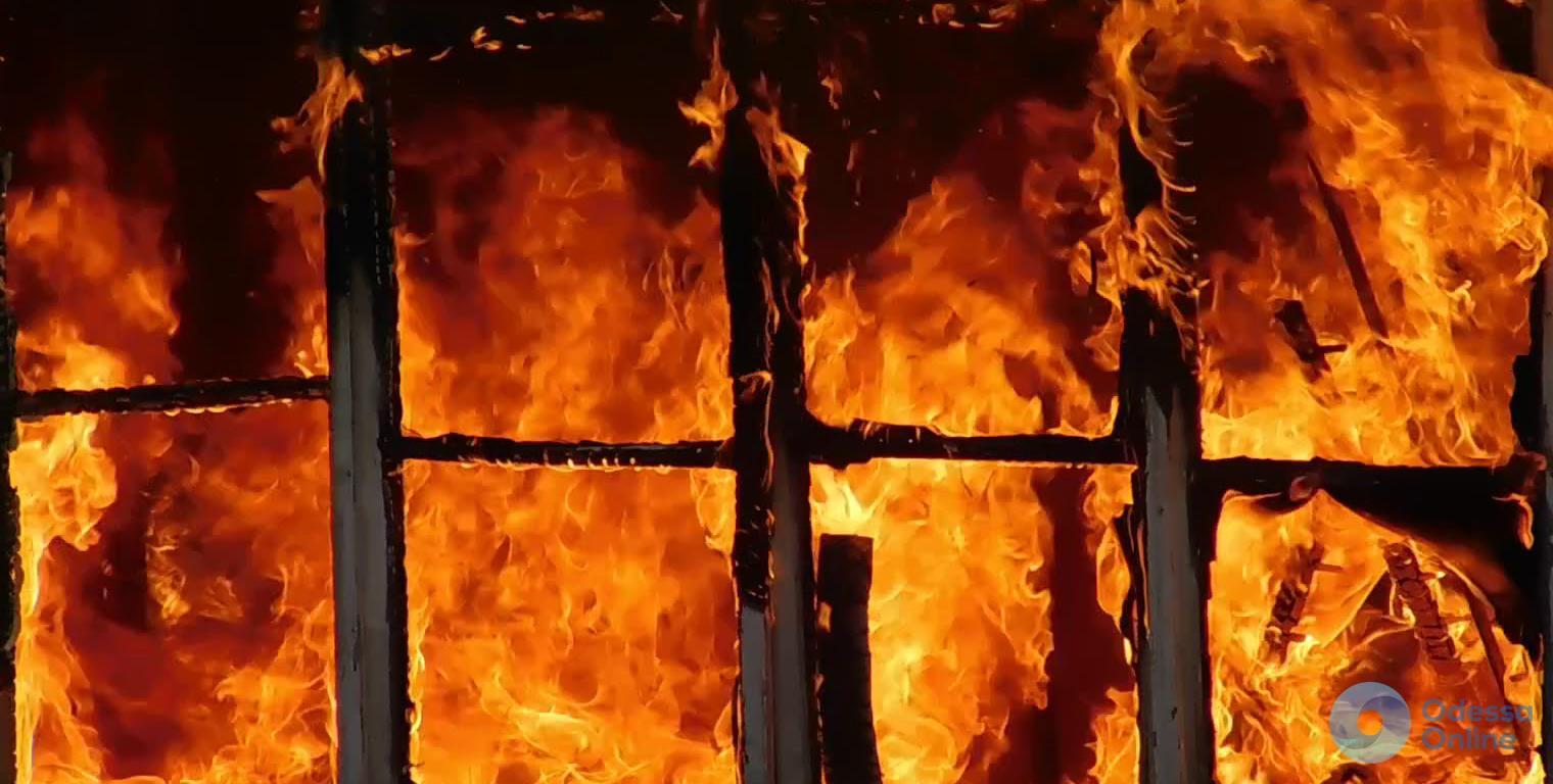 Спасатели тушили пожар в высотке жилмассива «Радужный»