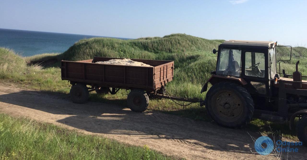 Тракторист воровал песок с пляжа