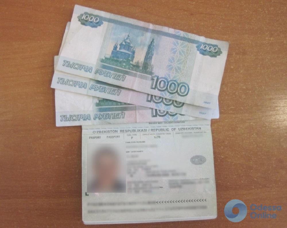 Иностранец пытался попасть в Одессу с поддельным паспортом и за взятку в 3 тысячи российских рублей
