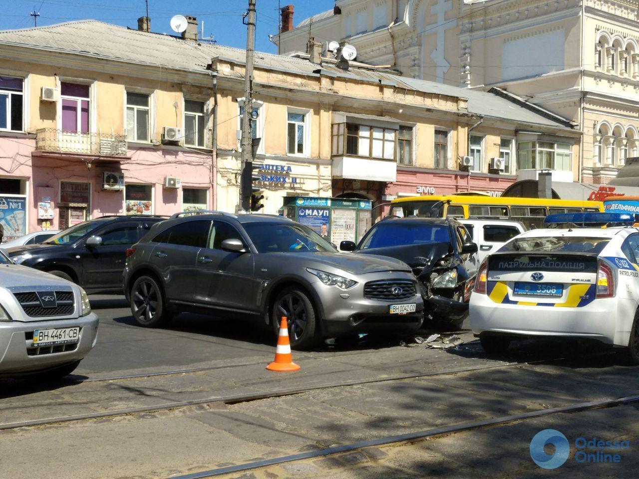 Lexus vs Infiniti: из-за ДТП на Пантелеймоновской образовалась трамвайная пробка (фото)